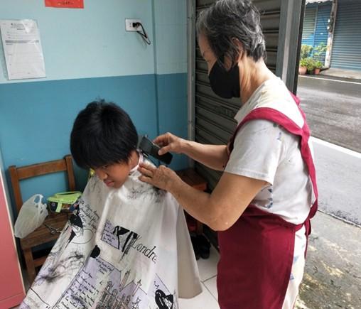 分享文章美髮師到我們的萬巒佈建據點進行義剪喔! 分享文章